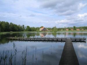 zicht op water en restaurant